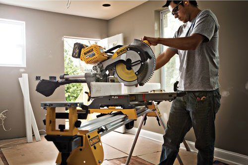 Wood sawing on DEWALT DHS790AT2
